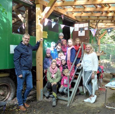 Bürgermeister Detlef Kaatz (links außen) sowie Catrin Brenner (rechts außen) mit Erzieherinnen und einem Teil der Kinder des Waldkindergartens