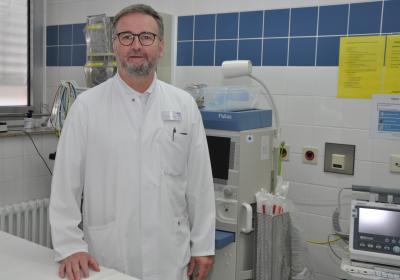 Chefarzt Dr. Ralf im Schockraum des St.-Marien-Hospitals, der zum lokalen Traumzentrum gehört.