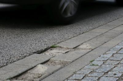 Defekte Straßenbereiche wie hier werden im Zuge der Asphaltsanierung der Karl-Marx-Straße wieder instand gesetzt. Foto: Stadt Calau / Jan Hornhauer