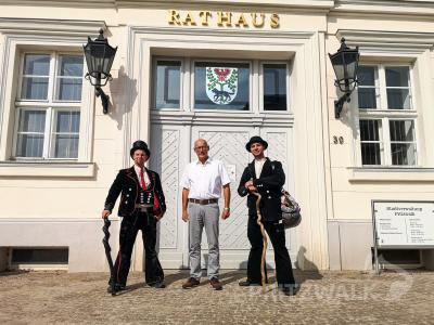 Die Wandergesellen Louis Eitel und Nico Schwänz besuchten auf der Walz auch Bürgermeister Dr. Ronald Thiel im Pritzwalker Rathaus. Foto: Beate Vogel