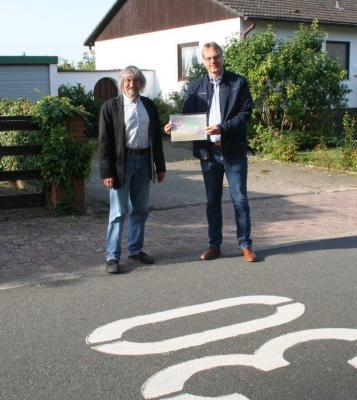 Bürgermeister Detlef Kaatz und der stellvertretende Ortsbürgermeister von Destedt, Dr. Diethelm Krause-Hotopp, schauen sich die möglichen Standorte der Aufpflaste-rungen in der Ohestraße an.