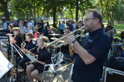 Die Brass-Band des Marie-Curie-Gymnasiums eröffnete mit einem musikalischen Flashmob I Foto: Martin Ferch
