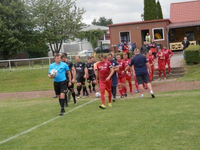 Er traf bisher in allen drei Punktspielen, der Wariner Mannschaftskapitän Hannes Brandenburg (r.) und ist mit derzeit vier Treffern auch in der Torjägerliste der Staffel V vorn mit dabei.