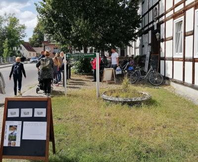 Einladung zum Besuch des Künstlerhauses Eisenhammer in Schlepzig anlässlich des Hoffestes in der Stork Club Whiskey-Destillerie. Foto: Ingrid Hoberg
