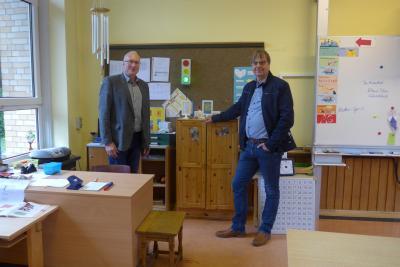 Schulleiter Ulrich Kleinfeldt und Bürgermeister Detlef Kaatz vor einer dynamischen Aerosolampel