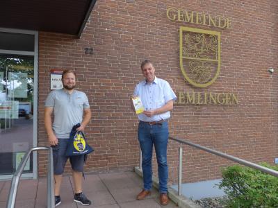 Bürgermeister Detlef Kaatz (rechts) bedankt sich bei Kevin Pogan für seinen ehrenamtlichen Einsatz.