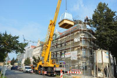 Ein Kran hob den zwei Tonnen schweren Turm auf das Gebäude der Goethstraße 4 I Foto: Martin Ferch