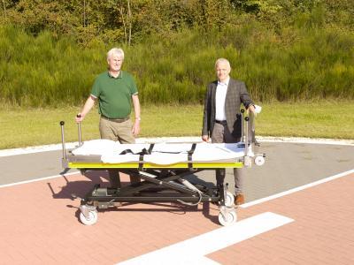 Alfons Bunse (links), stellvertretender Vorsitzender des Vereins des katholischen Krankenhauses, und Heinrich Lake, stellvertretender Hausoberer des St.-Marien-Hospitals, begutachten die neue Transportliege.