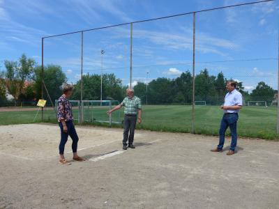 v.l.: Astrid Schwarz (2. Vorsitzende TSV Destedt), Dieter Kalus (Vorsitzender TSV Destedt) und Bürgermeister Detlef Kaatz beim Besichtigen der Leichtathletikanlage