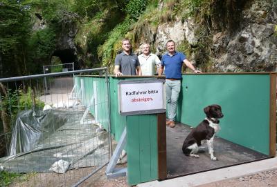 Den Steg präsentieren von links nach rechts: Bauhof-Betriebsleiter Simon Köhler, Sepp Bächle und Bürgermeister Adrian Schmidle