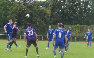 Jascha gewinnt das Kopfballduell gegen Ex-Inter-Spieler Hani