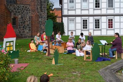 4a / 4b spielt Theater auf dem Marktplatz Dahlenburg