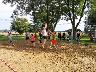 Auf dem Volleyballplatz in Steffenshagen flogen harte Bälle. Dabei wurden auch schon mal Unbeteiligte einbezogen. Foto: Beate Vogel