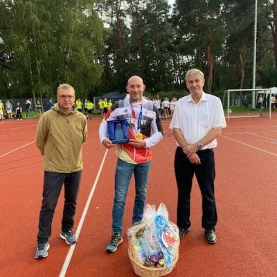 Schulleiter René Durdel, Olympiasieger Ronald Rauhe und Bürgermeister Heiko Müller