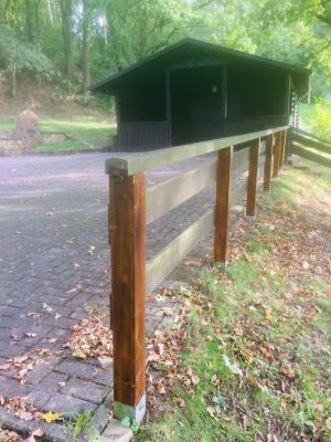 Foto zur Meldung: Pfosten am Geländer der Grillhütte erneuert