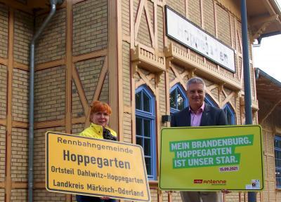 Bürgermeister Sven Siebert und Antenne-Reporterin Eva Kirchner-Rätsch / Foto: Pro Hoppegarten