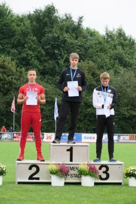 Siegerehrung 100 m: Milian Zirbus auf Platz 1
