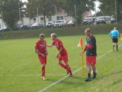 Er führte die Wariner Mannschaft in Abwesenheit von Chefcoach Michael Ziepke erfolgreich weiter in die Erfolgsspur, der FC Seenland Co-Trainer Sascha Meyer (rechts), hier beim Spielerwechsel am vergangenen Spieltag in Testorf.