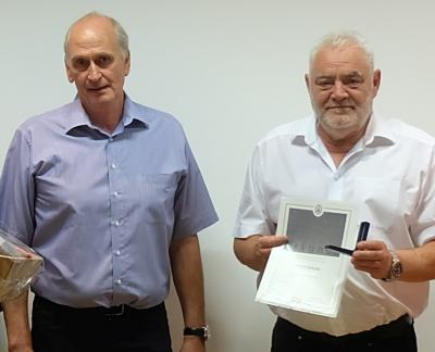 Obermeister Scheunemann (rechts) überreicht Silberne Ehrennadel an Helmut Schulze