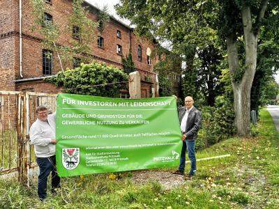 Amtsleiter Halldor Lugowski und Bürgermeister Dr. Ronald Thiel an der Alten Brennerei. Foto: Beate Vogel