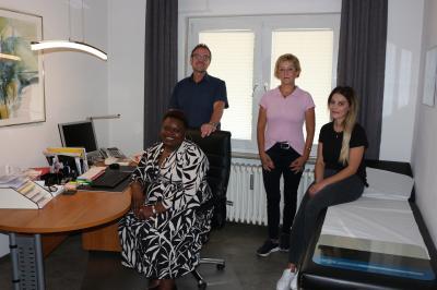 Ärztin Beatrice Toka mit Bürgermeister Thomas Eckhardt und den medizinischen Fachangestelltinnen
