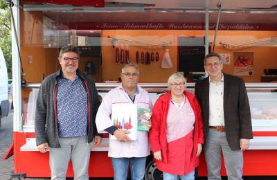 Der Vorsitzende des WIR, Thomas Schneider (l), sowie Bürgermeister Dr. Oliver Hermann (r) gratulieren Erhard Blüthmann zum 70. Geburtstag | Foto: F. Lenz
