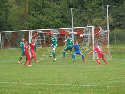 Hier scheiterte Domenik Kalis (5) noch mit seinem Kopfball am Schönberger Keeper. In der zweiten Halbzeit erzielte er per Doppelschlag die mit spielentscheidenden Treffer.