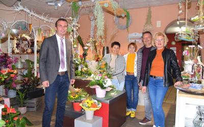 Nach 36 Jahren schließt Elke Wiederer Ende September ihr Blumenfachgeschäft. Bürgermeister Oliver Schulze dankte ihr (rechts), ihrem Mann Michael (daneben) und den Floristinnen Heike Poerschke (Mitte) und Marina Loskau für ihren stets zuverlässigen Service.