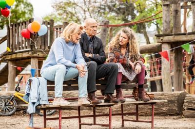 """Drei Senioren suchen den Sinn des Lebens als Leih-Großeltern in """"Enkel für Anfänger"""". Foto: Agentur/Quelle: Kino.de"""