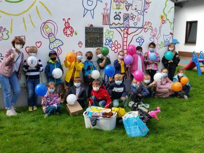Schulklasse überrascht mit Spielsachenspende am Weltkindertag