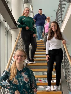 Die Auszubildenden Lara Schwabe , Gina Mary Lehmann , Danielle Rockmann mit der Bereichsleiterin Stefanie Montag und dem Fachausbilder Thomas Gerloff.