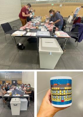 Die Briefwahllokale waren in der Stadthalle untergebracht. Das Museum und Galerie Falkensee ziert die diesjährige Motivtasse, die die Wahlhelferinnen und Wahlhelfer als Dankeschön bekamen.