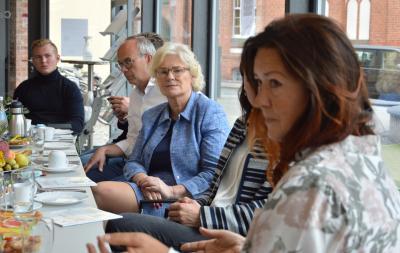 Bundesfamilienministerin Christine Lambrecht (m) im Gespräch mit Projektträgern I Foto: Martin Ferch