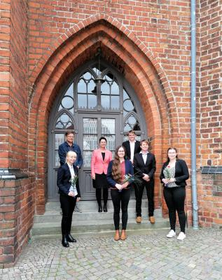 Stadt Perleberg | Gemeinsames Abschlussfoto nach Ehrung der drei besten Schülerinnen