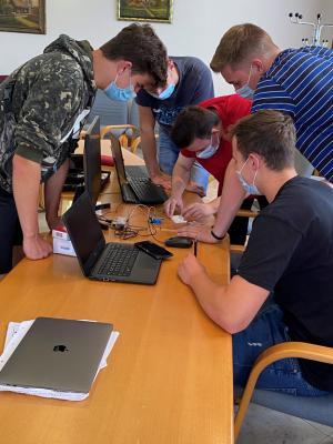 Einige Schüler der 13. Klasse in Aktion (Aufnahme: Movebla Education Technology, Vitalij Weisheim)