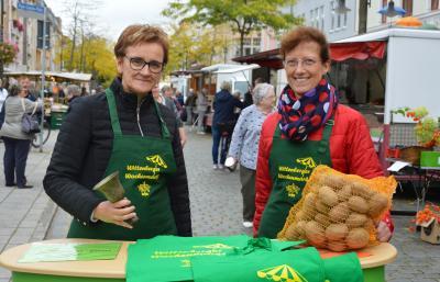 Constanze Stehr, stellvertretende Bürgermeisterin (I)  und Anke Hahn am Stand des Wittenberger Interessenrings I Foto: Martin Ferch