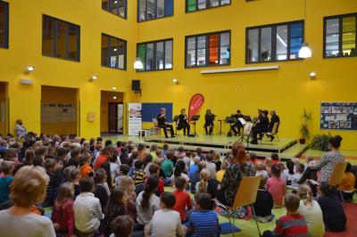 """Im Atrium der Grundschule entführten die Musiker das junge Publikum in die Welt von """"Peter und der Wolf""""I Foto: Martin Ferch"""