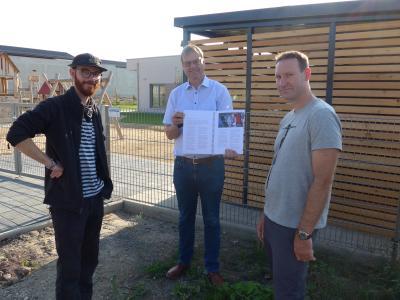 Die Vorstandsmitglieder des KickFlip e. V. David Windisch (links) und Jan Lürken (rechts) freuen sich gemeinsam mit Bürgermeister Detlef Kaatz über den Planungsbeginn