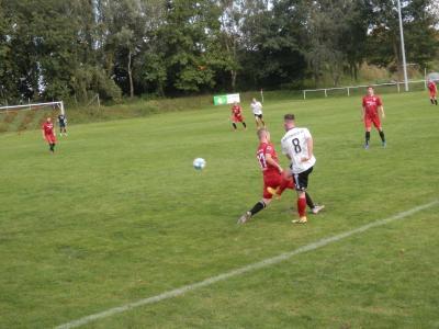 Punkteteilung in einer kampfbetonten Partie. Hier der Wariner Torschütze Thilo Bründel (rot) beim Zweikampf um den Ball.