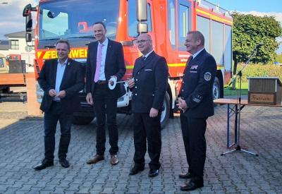 (Foto:Volker Damm) v.l.: Landrat Winfried Becker, Bürgermeister Heinrich Vesper, Wehrführer Jens Keim, Gemeindebrandinspektor Ralf Lipphardt