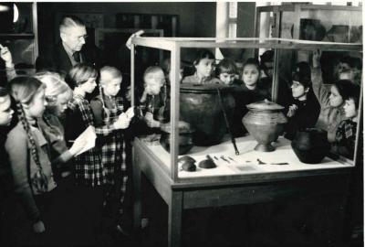 Stadt Perleberg | Albert Hoppe führt eine Schulklasse durch die Königsgrab-Ausstellung im Museum Perleberg