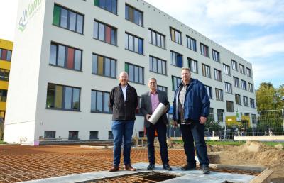 von links: Hortleiter Tobias Wabnitz, Bürgermeister Dr. Oliver Hermann und Schulleiter Thorsten Grabau I Foto: Martin Ferch