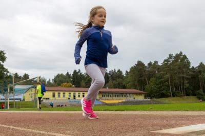 Das Foto zeigt Cleo beim Anlauf zum Weitsprung. Foto: Ralf Sawacki