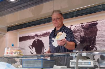 Peter Waesch/Döring und Waesch | Anreas Knizia verkauft Fischbrötchen auf dem Perleberger Wochenmarkt