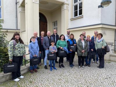 """Das Projektteam """"Hauptamt stärkt Ehrenamt"""" um Roswitha Ullrich (re.) und Christian Gröbe (2. v. re.) freut sich, gemeinsam mit den Vertretern der Stiftung """"Vom Haben zum Sein"""" (4./7.v.li.) die ersten Laptops an gemeinnützige Organisationen aus dem Landkreis OSL übergeben zu können. Aufbereitet wurde die Technik durch """"SehNix – Computer- und Beratungsservice"""", Marco Retzlaff (7.v.re.). (Foto Landkreis/Weser)"""