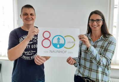 Präsentation des Logos zur 800 Jahrfeier durch den Gewinner der Ausschreibung Björn Wolf und die Leiterin der Naunhofer Kultur WerkStadt Anja Gaitzsch