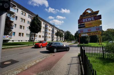 Die Zufahrt zum Einkaufszentrum in der Karl-Marx-Straße ist während der gesamten Bauzeit gesichert. Foto: Stadt Calau / Jan Hornhauer