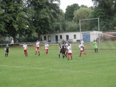 Wollen zu Hause weiter ungeschlagen bleiben. Der FC Seenland Warin II (weiß/rot) hier in einer früheren Heimpartie.
