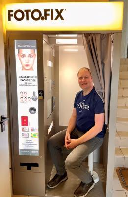 Der neue Mitarbeiter André Mütze im neuen Fotogerät