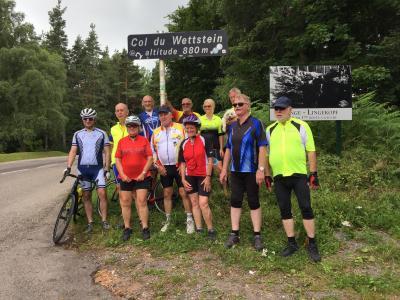 Die Radfahrgruppe am höchsten Punkt des Wettstein-Passes in den Vogesen.